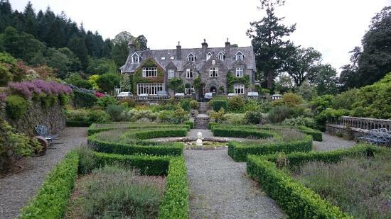 Penmaenuchaf Hall: Hotel from the formal garden
