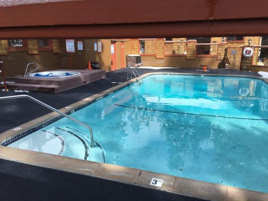 Tahoe Vista, Калифорния: The Cedar Glen Lodge pool has a hot tub and sauna area. Kids and adults will love it!