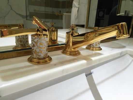 Prince de Galles, a Luxury Collection Hotel: Mosaic suite bathroom
