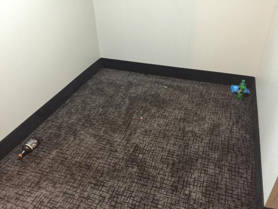 Best Western Plus Jackson Downtown-Coliseum: Trash that stayed in hallway for over a day