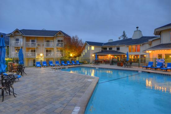 Beach Retreat & Lodge at Tahoe: BRL Pool at dusk