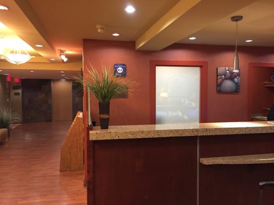 Best Western Plus Emerald Isle Hotel: front desk