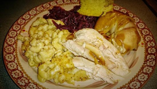 Glens Falls, estado de Nueva York: At home, enjoying the chicken, mac and cheese, braised cabbage, and cornbread