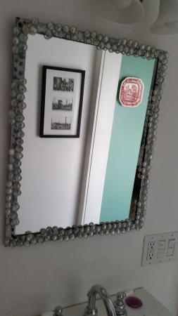 Inn Bliss Bed & Breakfast : aquarium glass mirror trim