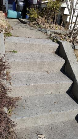 Inn Bliss Bed & Breakfast : cement steps without railing