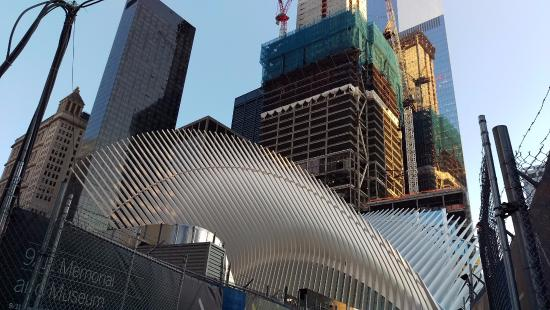โรงแรมมิลเลเนียมฮิลตัน: Oculus of the WTC Transportation Center with Millenium Hilton (blackish tower) at left