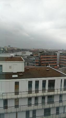 Stora fönster med utsikt ut över Stockholm och på andra sidan vid ...