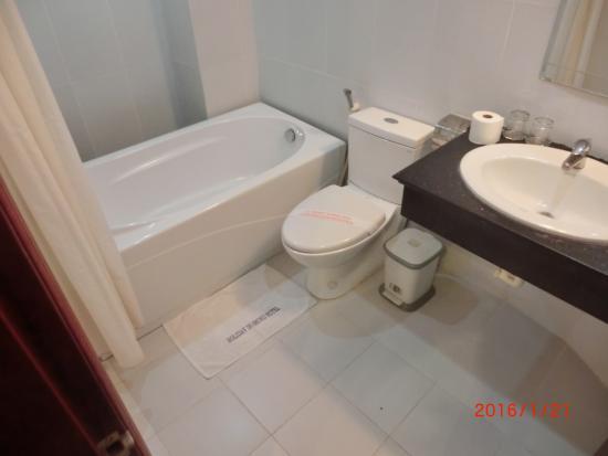 Hanoi Holiday Diamond Hotel : 泊まった部屋のバス、洗面所です。