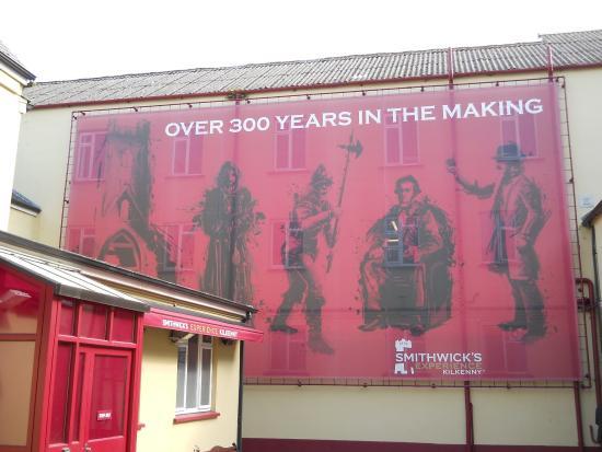 Kilkenny, Irlandia: facciata sul cortile della birreria