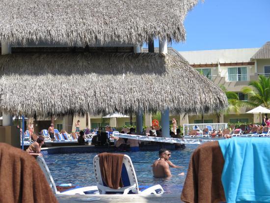 Bar dans piscine anim e picture of memories splash punta for Bar dans une piscine