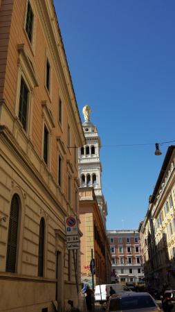 Villa Delle Rose Hotel: Am Ender unserer Strasse, die Kirche und der Bahnhof