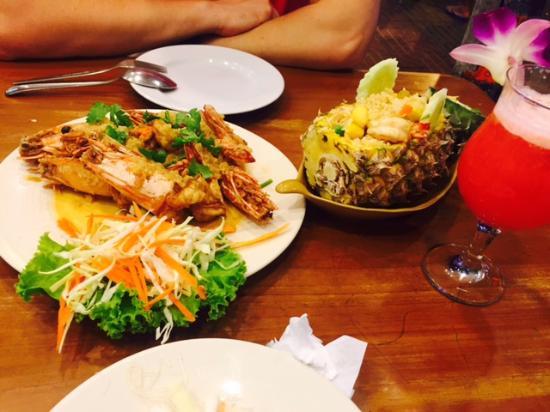 рис в ананасе, креветки на гриле и коктейль Май-тай