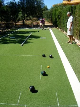 Los Urrutias, España: Lovely restaurant and bar with al fresco dining in the palm gardens. Play short mat bowls, easy