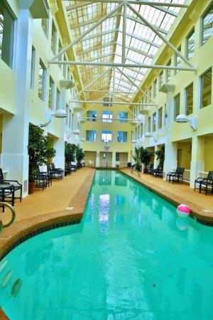 Anchorage Inn: Atrium Indoor Pool