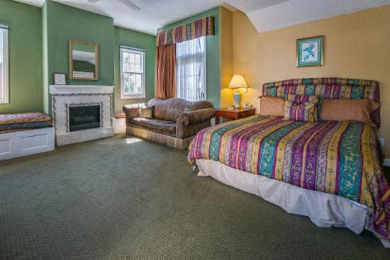 Rose Garden Inn: King with Twin