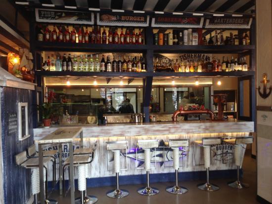 bar comptoir face à l\'entrée - Picture of The Fisherman Burger, Rome ...