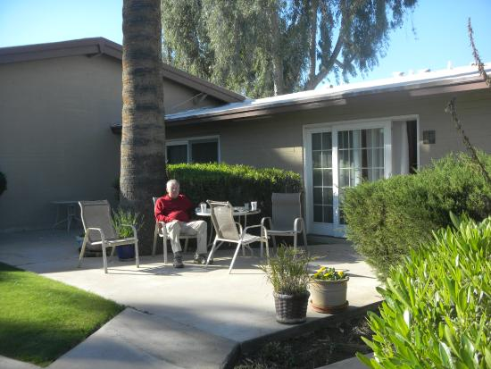 SmokeTree Resort & Bungalows : morning coffee on our own patio