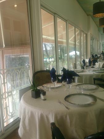 Ceci est une belle table picture of les jardins de la - Dresser une belle table ...