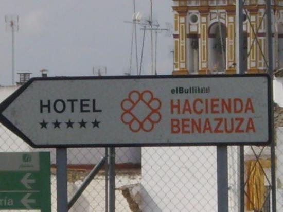 El Bulli Hotel - Hacienda Benazuza: Placa que direciona para o Hotel na cidade de Sanlucar La Mayor
