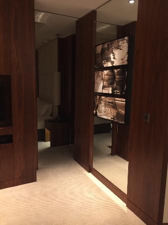 82 floor ,Luxury hotel with fantastic veiw , good service , various breakfast buffet, good for b