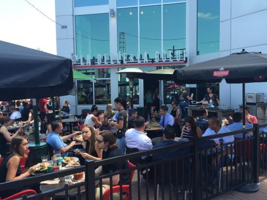 Centropolis: Les meilleurs burgers et cocktails de Laval!