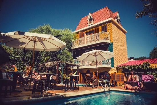 F&F Hostel: Vista do bar do hostel para a piscina. Excelente