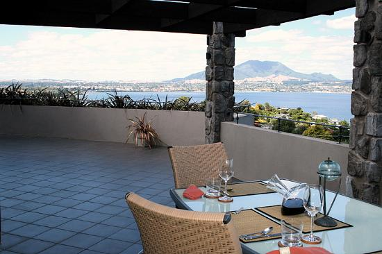 Tauhara Sunrise Lodge: Al fresco patio dining with magnificent lake view