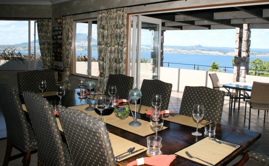 Tauhara Sunrise Lodge: Dining area, with magnificent lake & nighttime views
