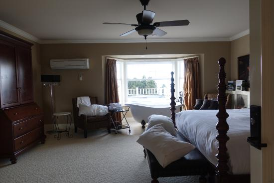 Crown Mansion Boutique Hotel & Villas: golf course and ocean view
