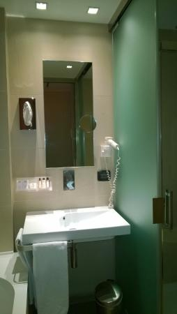 Bagno: lavandino, specchio e phon - Picture of Best Western Premier Hotel Royal Santina, Rome ...