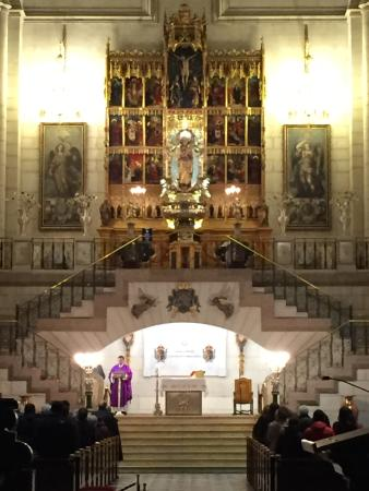 Catedral de Sta Maria la Real de la Almudena: Altare centrale della cattedrale durante una liturgia