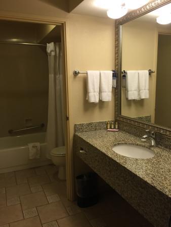 BEST WESTERN PLUS Inn at the Vines: Bathroom