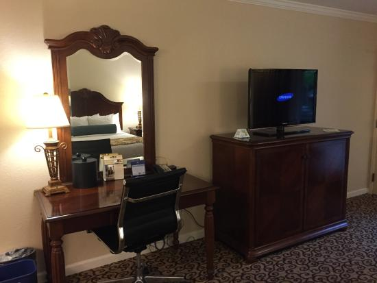 BEST WESTERN PLUS Inn at the Vines: TV/Desk Area