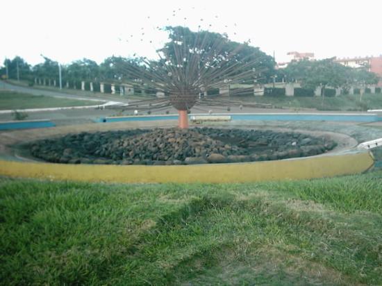 Moa, Cuba: Fuente en el centro de la rotonda. Al final el Hotel.