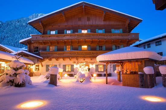 Hotel Waidringer Hof - 1. Tiroler Glückshotel: Waidringer Hof · 1. Tiroler Glückshotel 4*S · Innenhof Hotel