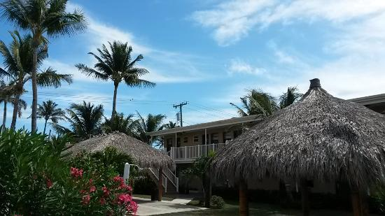 Budget Inn Ocean Resort: Three cute thatch-roof bungalos, with large comfy chairs and coffee tables dot the grounds.