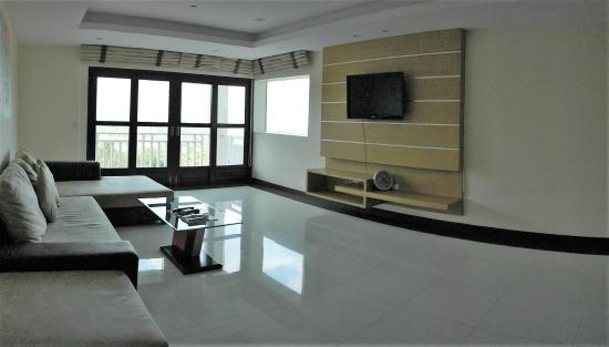 Grand Hill Residence: гостинная в номере
