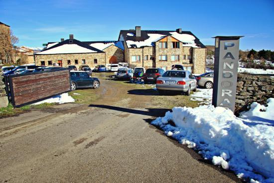 Pandorado, España: Entrada parking gratuito y privado del hotel
