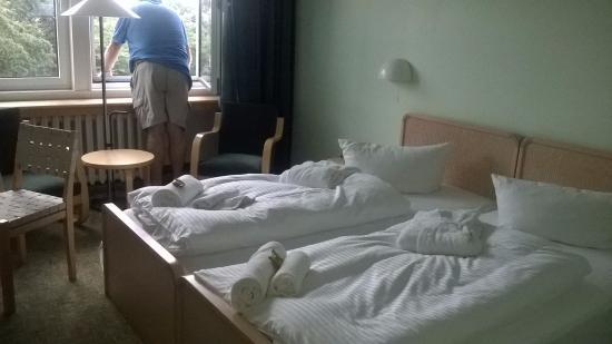 Hotel Baltic: Zimmer gut und sauber mit Tusche und TV mit Blick auf die Ostsee