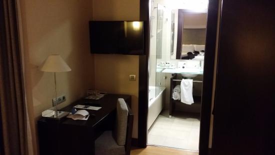 Puerta De Alcala Baños:Detalle de la habitación y el baño Hotel H10 Puerta de Alcalá