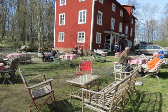 Flen, Sverige: Kvarnen från trädgården