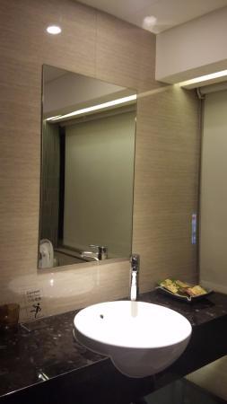 Beauty Hotels Taipei - Hotel Bnight: 全透明的玻璃門,乾濕分離,外有電動窗簾,另有智慧馬桶。