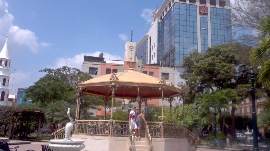 Parque Central de Portoviejo, sitio histórico, construido sobre la antigua Plaza de armas.