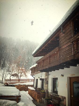 Chalet Piereni con la neve