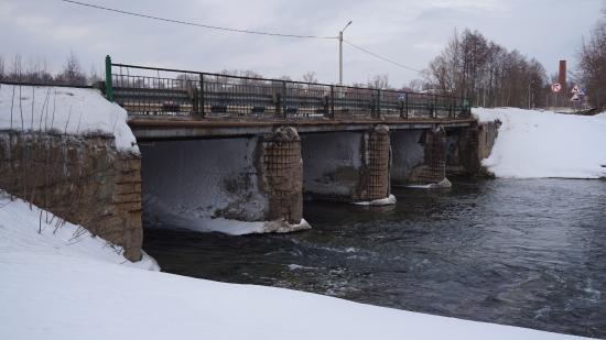 Krasnaya Gorbatka, Russia: Мост-плотина черз реку Колпь на въезде в Красную Горбатку со стороны Мурома
