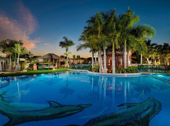 Green Garden Resort & Suites: Piscina principal de noche