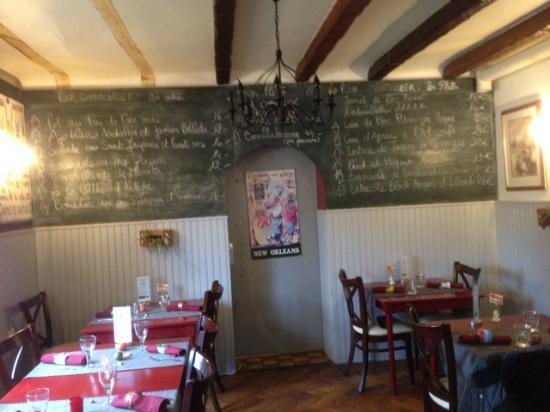 Mooslargue, France: la salle et le tableau noir avec la carte