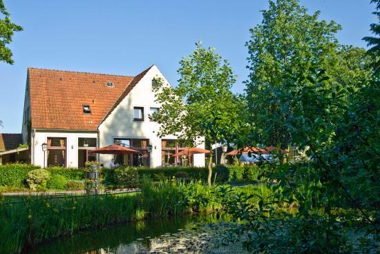 Nierswalder Landhaus: Außenansicht Stammhaus mit Gartenterrasse