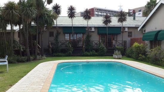 Lancer's Inn: Small landscaped pool