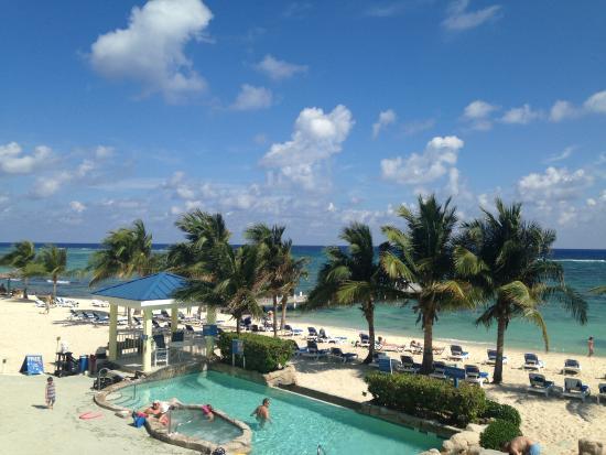 Wyndham Reef Resort : Well kept beach area.